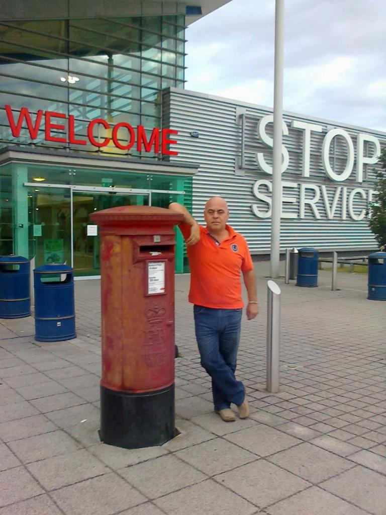 Первая фотография в Англии со знаменитым английским почтовым ящиком.