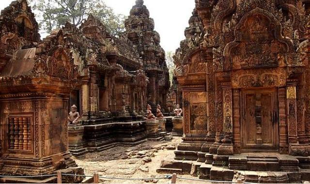 Храмы Камбоджи, фото Ангкор Ват, монахи в ангкор ват